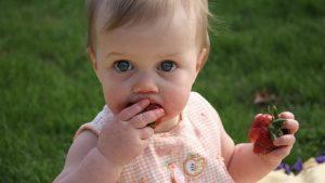 手づかみ,袖,ソデ,汚れる,汚さない,方法,離乳食,赤ちゃん,幼児食,スプーン,フォーク,練習,片付け